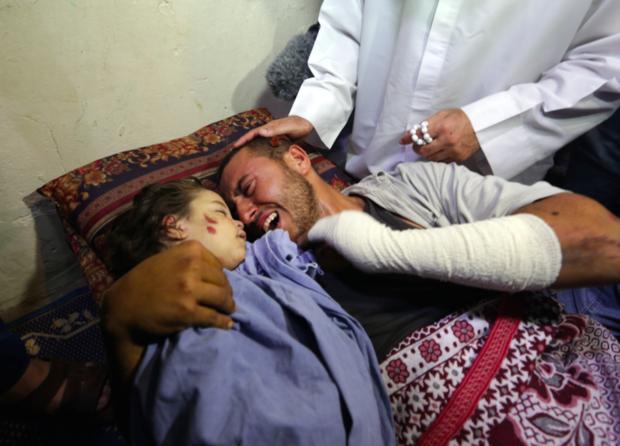 Rahaf Yehya Sa'di Hassan (3), asesinada por un misil israelí en Gaza, abrazada por su padre. Su madre Nur (26), embarazada de 5 meses, también fue asesinada. El esposo y otro hijo de 5 años resultaron con heridas de consideración. (MEE)
