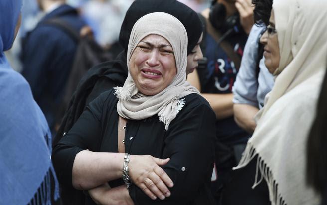 Una mujer llora tras quemarse su vivienda en el incendio declarado en la Torre Grenfell