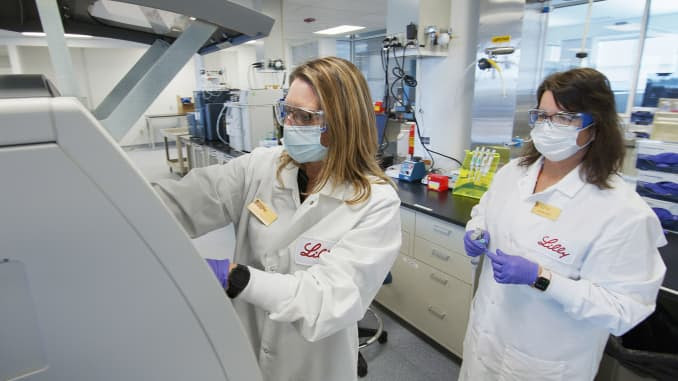 Nesta foto de maio de 2020 fornecida pela Eli Lilly, os pesquisadores preparam células de mamíferos para produzir possíveis anticorpos COVID-19 para testes em um laboratório em Indianápolis.