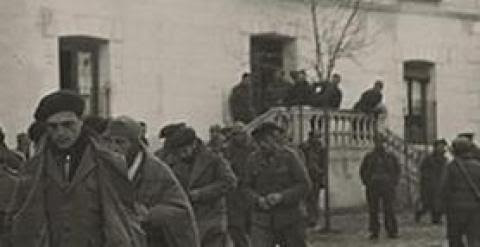 A la izquierda, prisioneros de guerra italianos en la plaza del pueblo de Torija. A la derecha, la plaza en la actualidad.