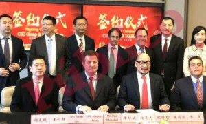 El empresario Adrián de la Joya junto al ex jefe de campaña de Donald Trump, Paul Manafort, y el experto en ciberseguridad Héctor Hoyos, en uno de los negocios que hicieron con el grupo chino CSC Group.