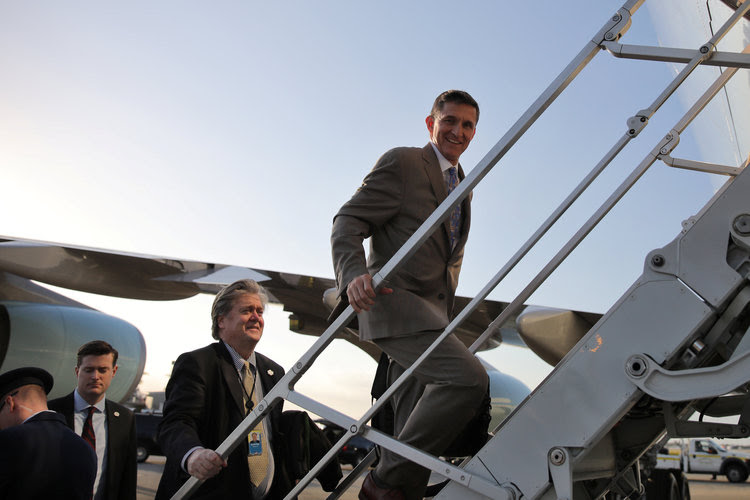 Michael Flynn and Steve Bannon board Air Force One. (Reuters/Carlos Barria)</p>