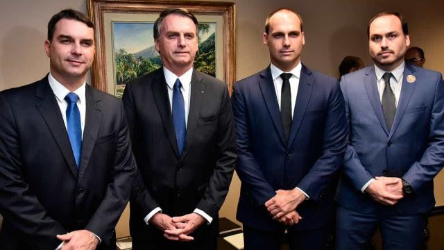 Ex-assessores de Bolsonaro sacaram 90% de salários pagos por Flávio e Carlos