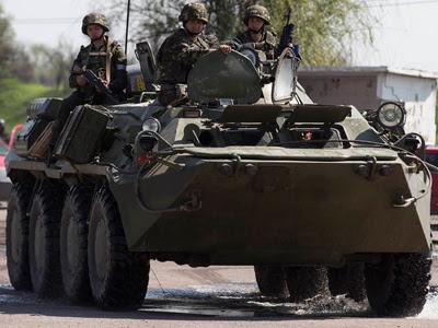 Un blindado del Ejército ucraniano junto al bastión prorruso de Slaviansk. REUTERS/Baz Ratner