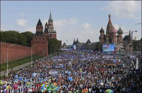 Miles de rusos celebran en la Plaza Roja el día del trabajador