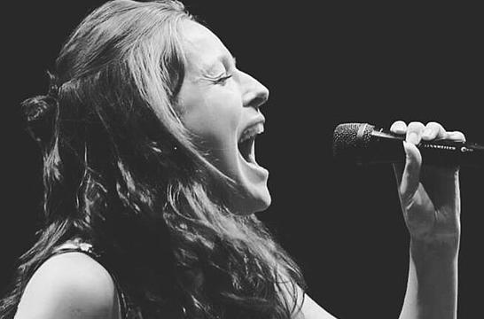 Eline Bakker zingt 'Geef me Jezus'