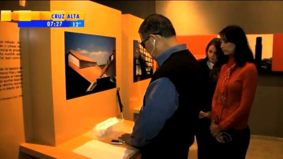 Na exposição, montada no Campus Anglo da UFPel, os modelos táteis são acompanhados de uma foto com áudio-descrição e legenda em braile