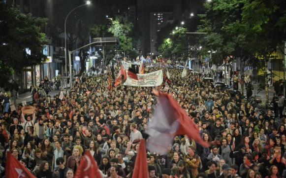 Cerca de 20 mil personas marcharon en Curitiba (Paraná) contra los recortes en la educación - Créditos: Giorgia Prates