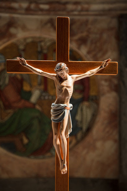 http://www.publicdomainpictures.net/pictures/10000/nahled/jesus-on-the-cross-11288023169aJdg.jpg