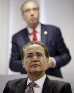 Renan Calheiros escucha un discurso de Eduardo Cunha. - REUTERS