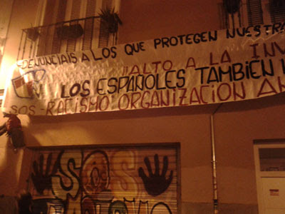 La pancarta colgada por los atacantes en la sede de SOS Racismo Madrid. SOS RACISMO