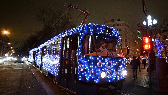 На столичные улицы вышел украшенный к Новому году трамвай
