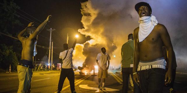 La Policía lanza gas lacrimógeno contra los manifestantentes durante las protestas por la muerte de Michael Brown durante la noche del lunes al martes. 18 de agosto de 2014, Ferguson, Misuri. REUTERS. Lucas Jackson