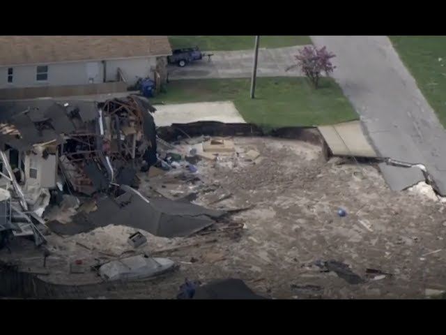 Earth swallows large suburban home in seconds! - Huge sinkhole Land-O-Lakes Florida  Sddefault