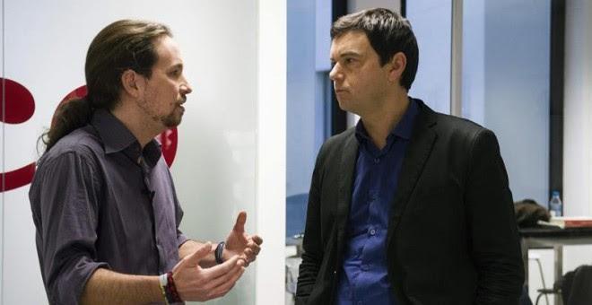 Pablo Iglesias conversa con el economista Thomas Piketty momentos después de la entrevista. EFE