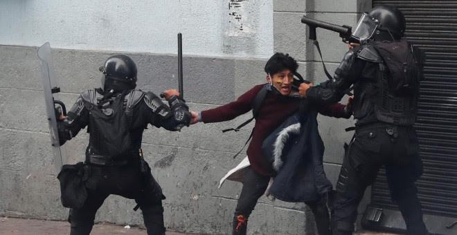 Un manifestante es detenido por miembros de las fuerzas de seguridad durante una protesta contra las medidas de austeridad del presidente de Ecuador, Lenin Moreno, en Quito, Ecuador, 8 de octubre de 2019. REUTERS / Carlos Garcia Rawlins