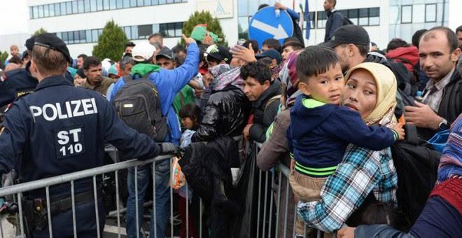 Refugiados hacen cola en la frontera entre Hungría y Austria, en Heiligenkreuz (Austria. EFE)