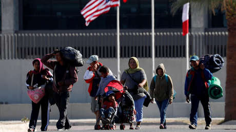 Migrantes se dirigen a un refugio temporal en Mexicali, México, el 18 de noviembre 2018.