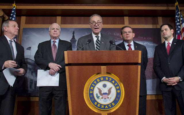 Varios senadores estadounidenses, entre ellos, John McCain, segundo por la izquierda