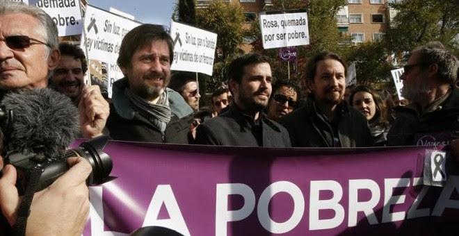 Pablo Iglesias y Alberto Garzón durante la protesta en la sede de Gas Natural Fenosa / EFE
