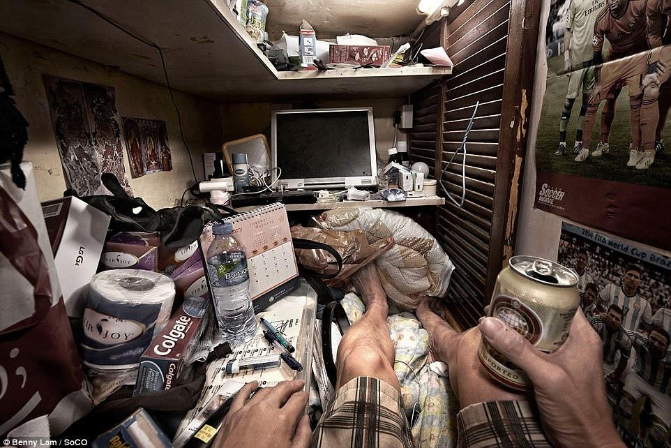 Kem đánh răng, một màn hình và thực phẩm có thể được nhìn thấy lần nhồi nhét vào không gian sống nhỏ bé này