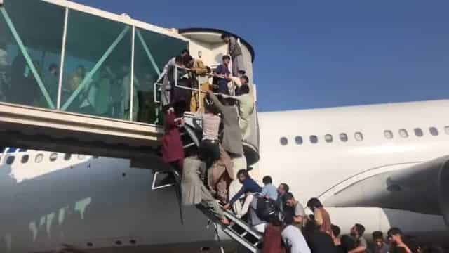 Pessoas caem de avião dos EUA ao tentarem fugir do Afeganistão