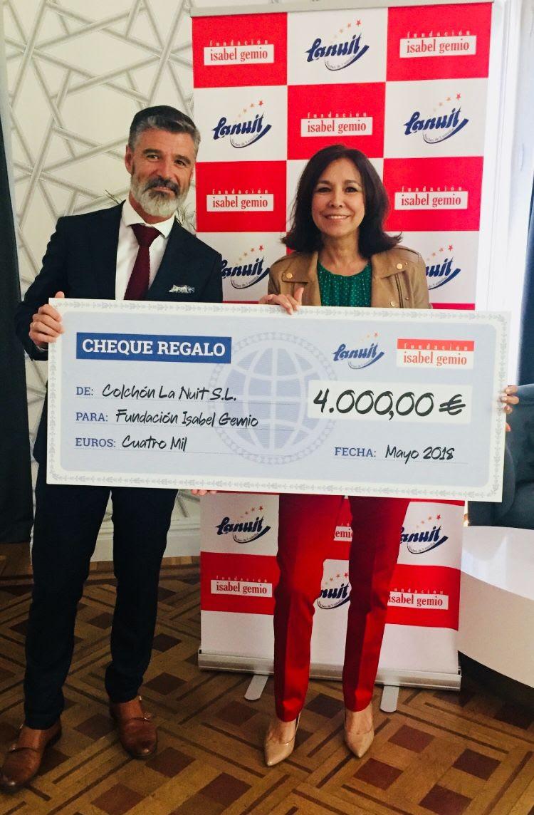 La entrega de los 4.000€ recaudados en la campaña 'Mejora tus noches, cambia sus días' por Colchón La Nuit a la Fundación Isabel