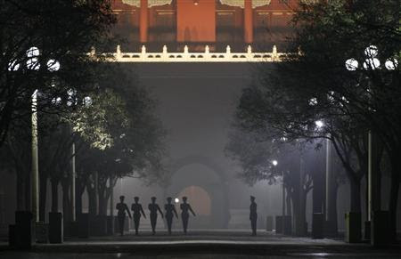 Paramilitary policemen practise drills inside the Forbidden City during a heavy haze and smog night in central Beijing December 4, 2011.  REUTERS/Jason Lee