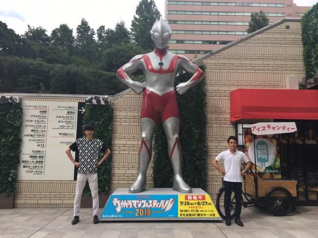 専門店街アルパ1F西入口 (C)円谷プロ