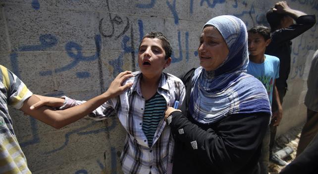 Familiares de cuatro menores muertos en uno de los bombardeos israelíes en la Franja de Gaza del lunes.