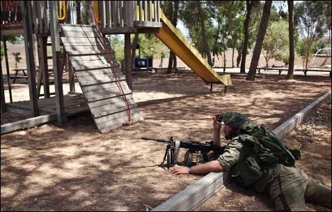 Un soldado israelí toma posición fuera de la Franja de Gazadurante la ofensiva terrestre.
