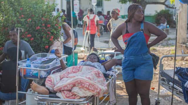 Número de mortos por terremoto no Haiti passa de 1.200; equipes buscam sobreviventes