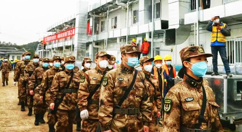 Nhân viên y tế từ các lực lượng vũ trang được điều tới bệnh viện dã chiến ở thành phố Vũ Hán, ở tỉnh Hồ Bắc, ngày 2/2/2020.
