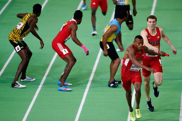 Christopher Giesting passes to Vernon Norwood in the men's 4x400m at the IAAF World Indoor Championships Portland 2016 (Getty Images)