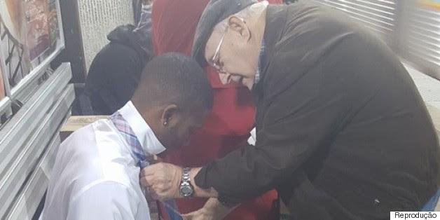 Você vai sorrir ao saber como este casal de idosos ajudou um jovem no metrô