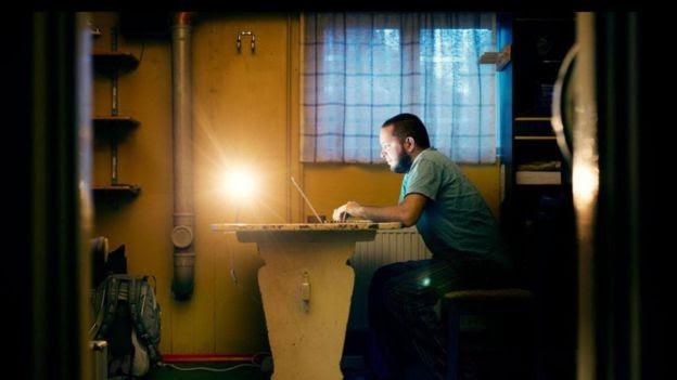 Homem trabalha em computador