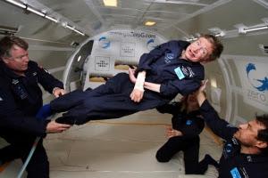 Auxiliado por enfermeiros e médicos, Stephen Hawking fez diversos mergulhos em gravidade zero e se tornou o primeiro deficiente a fazer este tipo de atividade.