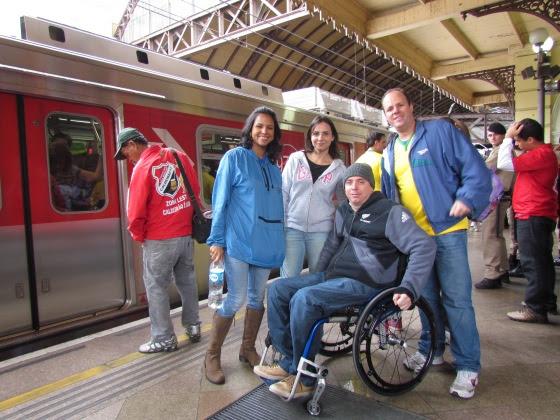 Torcedor cadeirante e amigos na Estação da Luz em São Paulo para pegar o Expresso da Copa, ligação direta e acessível para o Estádio 'Itaquerão'