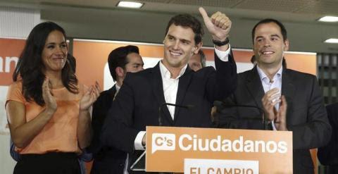 El presidente de Ciudadanos, Albert Rivera (c), y los candidatos a la alcaldia y a la Comunidad de Madrid, Begoña Villacis (i) e Ignacio Aguado (d), celebran los resultados electorales esta noche en Madrid. EFE/Kiko Huesca