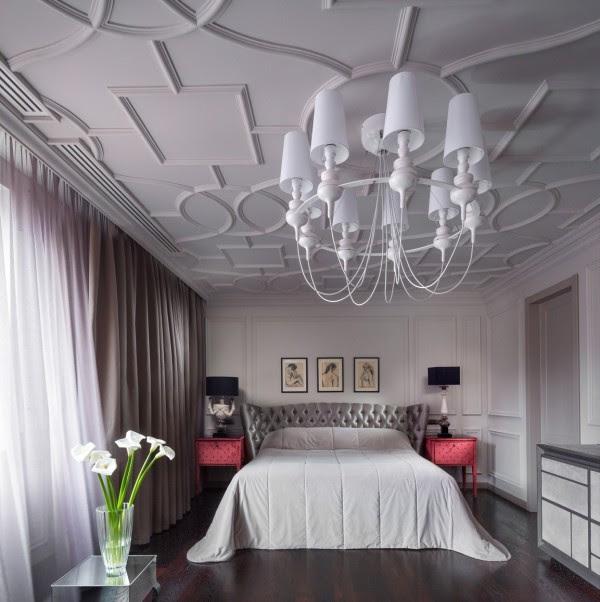 Η αντίθεση μεταξύ των κάτω υπνοδωμάτια και το επάνω «αρσενικό χώρου» είναι σχεδόν σοκαριστικό. Εδώ, ένα σκαλιστό ταβάνι δρα ως ένα κουβούκλιο για ένα μαλακό και πολυτελές κρεβάτι.