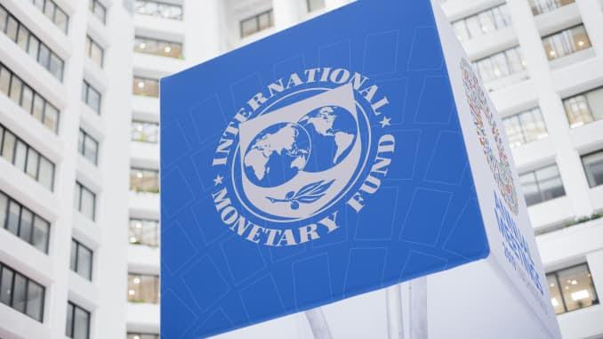 O logotipo do Fundo Monetário Internacional em sua sede em Washington, DC
