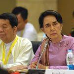 La Conseillère d'État et Première ministre de facto de la Birmanie, Aung San Suu Kyi, lors d'une réunion du Comité conjoint de Dialogue sur l'Union et la Paix à Naypyidaw le 28 octobre 2016. (Crédits : AFP PHOTO / AUNG HTET)