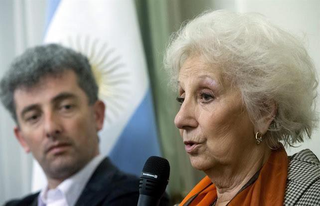 Guido Montoya Carlotto mira a su abuela, presidenta de la organización argentina Abuelas de Plaza de Mayo Estela de Carlotto