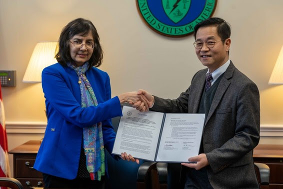 DOE Hydrogen and Fuel Cells Program Director Sunita Satyapal and Hyundai Motor Group Executive Vice Chairman Euisun Chung shake hands.
