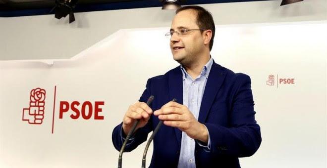 El secretario de Organización del PSOE, César Luena, durante la rueda de prensa que ofreció para informar del contenido de la reunión de la Comisión Ejecutiva Federal, que se ha reunido esta mañana para analizar el resultado de las elecciones generales ce
