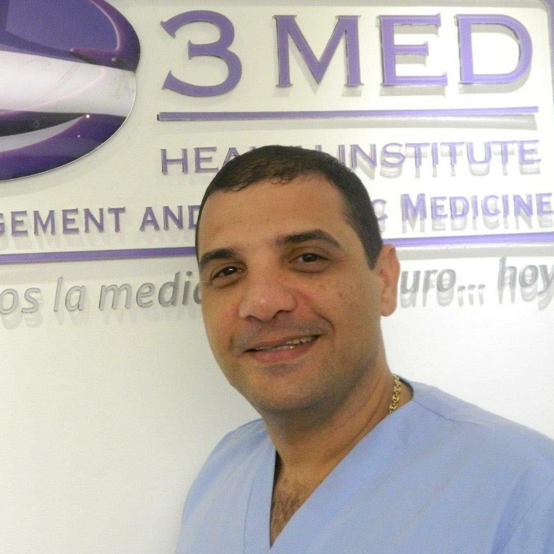El médico Emerio López Cerchiario promociona el tratamiento con células madres. Leonardo Alvarado/EL PILÓN
