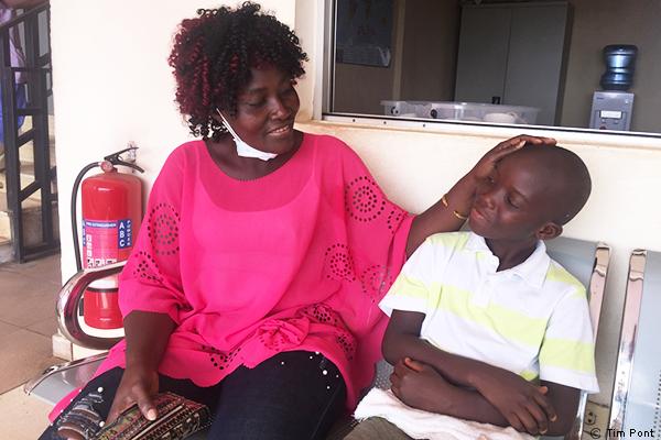 Paul B. Morris Jr. y su madre reunidos después de estar gravemente enfermo de malaria cerebral en el Hospital Infantil de MSF en Monrovia.