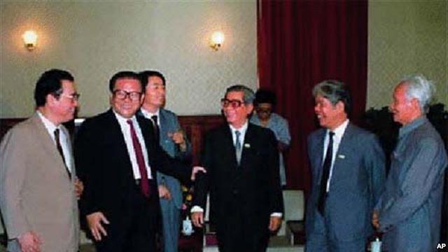 Từ trái qua phải. Lý Bằng,                 Giang Trạch Dân (nắm tay Nguyễn Văn Linh), Nguyễn Văn                 Linh, Đỗ Mười và Phạm Văn Đồng (chắp tay)