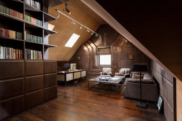 Στο πάνω επίπεδο, οι σχεδιαστές δημιούργησαν το πιο αρρενωπό χώρο στο σπίτι. Με ξύλινα δάπεδα σκοτεινό και σκαλιστά boiseries, η περιοχή αυτή είναι το ιδανικό καταφύγιο για εργασία μιας ημέρας ή ουίσκι μια βραδιά.
