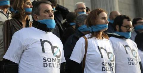 """Los representantes de varias plataformas ciudadanas en una concentración para protestar por la ley """"mordaza"""", el proyecto de ley de seguridad ciudadana.- EFE"""